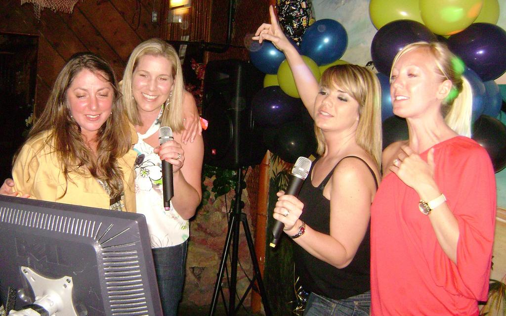 Una docena de canciones para partir la pana haciendo karaoke