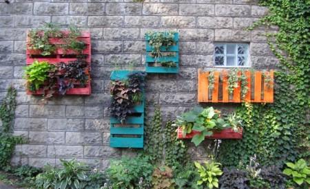 Una docena de ideas para crear un huerto urbano o macetohuerto con materiales reciclados Pallets-Verticales-Huerto