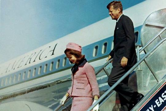 JFK y Jackie bajan del AF1