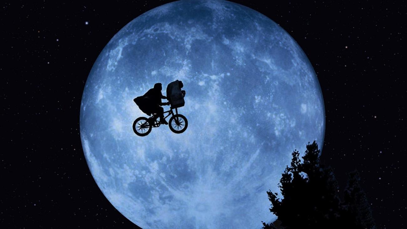 ET Elliot y luna
