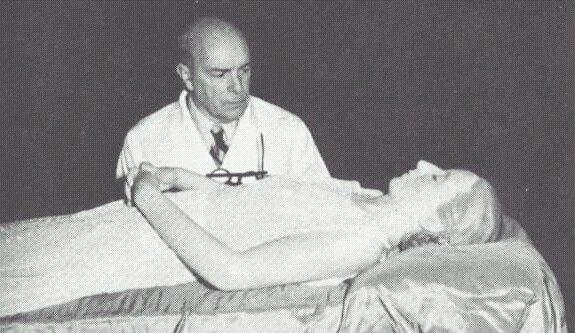 Eva_Perón_-_Cadáver_momificado_con_Dr_Pedro_Ara-_1953-55